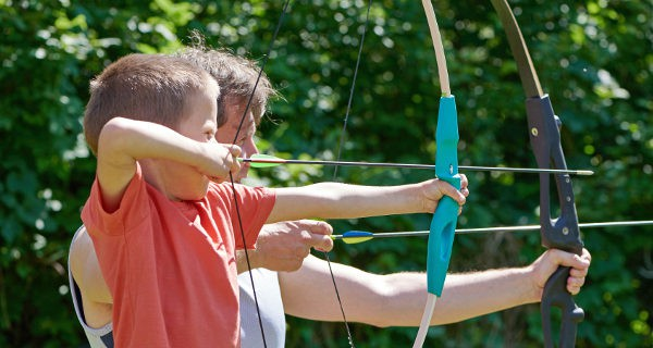 niño practicando tiro con arco