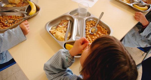 niño comiendo en el colegio