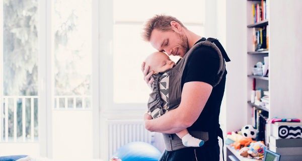 padre porteando a n bebé