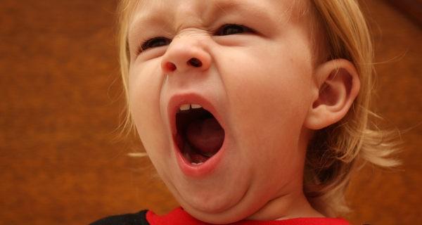 niño bostezando
