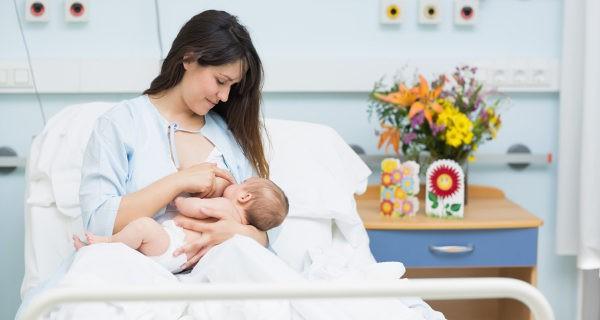 madre dando el pecho a un bebe