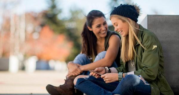 chicas adolescentes hablando
