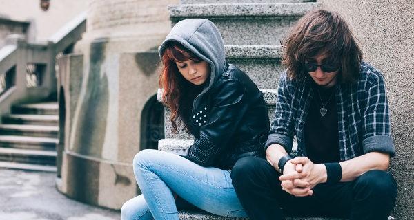 pareja de adolescentes enfadados