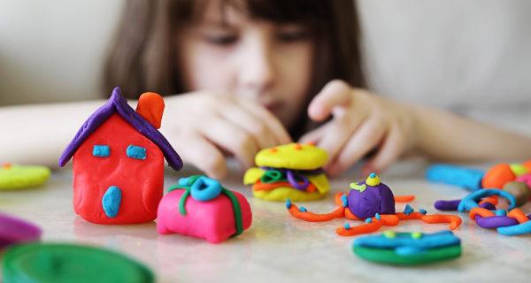 niña jugando con plastilina