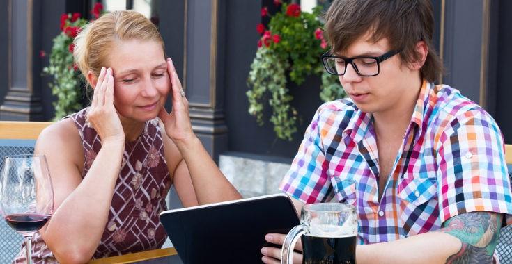 Si enseñamos a nuestros padres a utilizar el móvil o el ordenador, les facilitaremos muchas tareas del día a día