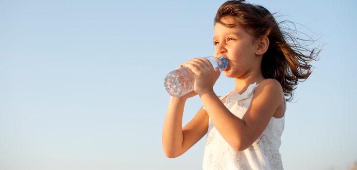 Para mantener la piel hidratada también debemos hidratarnos por dentro