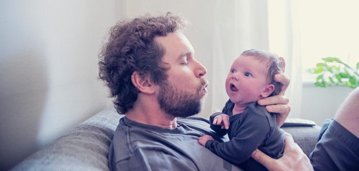 Al bebé de 1 mes le gusta apretar los dedos de sus papás cuando los tengan cerca