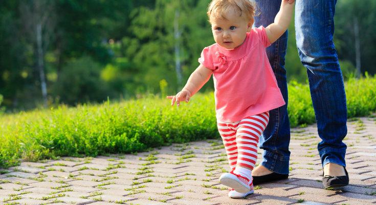Los niños y niñas empiezan a andar en torno a los 13-15 meses