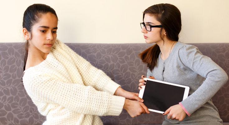 Los padres y madres debemos intervenir cuando hay continuos enfados entre hermanos o hermanas