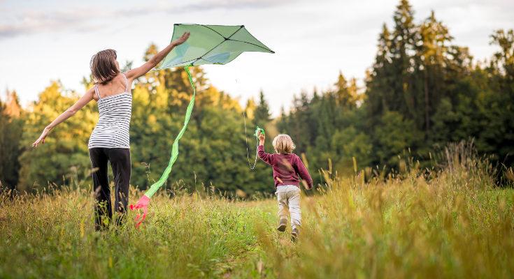 Volando una cometa os divertiréis niños y adultos juntos