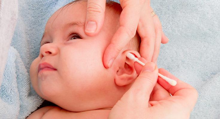 No necesitamos limpiar la cera constantemente, es una protección para el oído