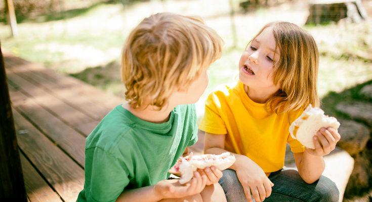 Es común que el diente acabe de caer mientras el niño está comiendo