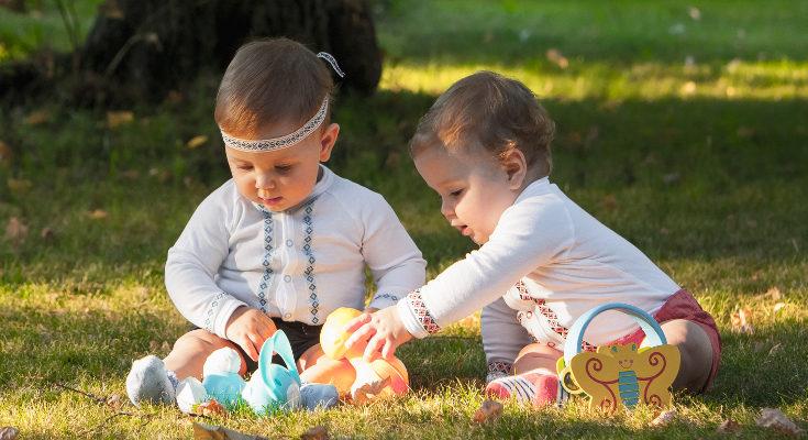 El bebé de 9 meses tiene más fuerza en las manos ya puede disfrutar con juguetes como coches