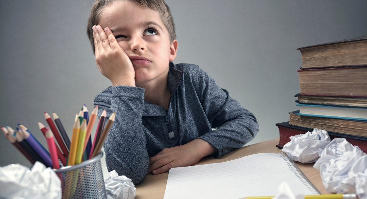El exceso de deberes cansa y frustra a los niños