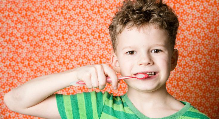 Es importante cuidar los dientes de leche tanto como los definitivos