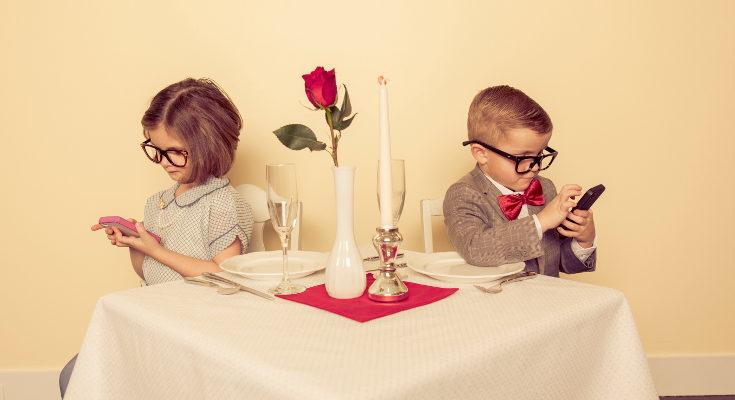 Los niños quieren entretenerse con los móviles, como hacen los adultos