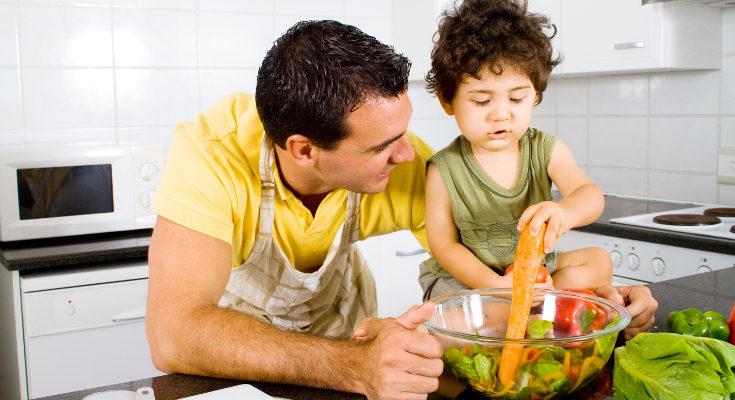 Es útil implicar a los niños en la compra y preparación de los alimentos