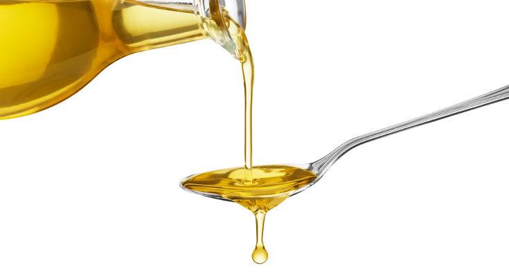 Un bastoncillo con aceite de olivda es un método clásico para ayudar a que el bebé expulse las heces