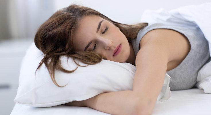 Es bueno que la madre duerma y descanse a la vez que el bebé, porque éste se despierta con frecuencia