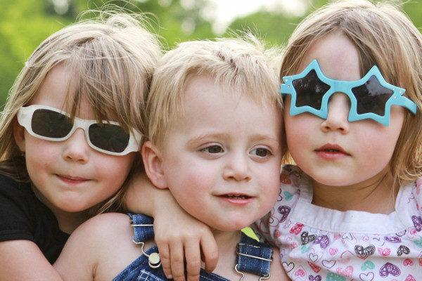 Los niños aprenden a compartir también por ver el ejemplo de sus padres
