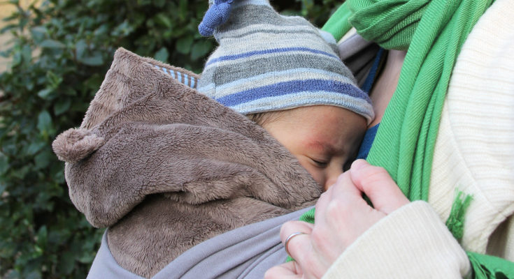 El porteo permite que el bebé y el adulto vayan calientes