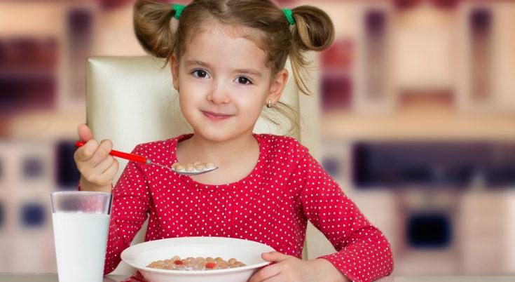 La leche puede aportarse gracias a sus derivados, como el queso o los yogures