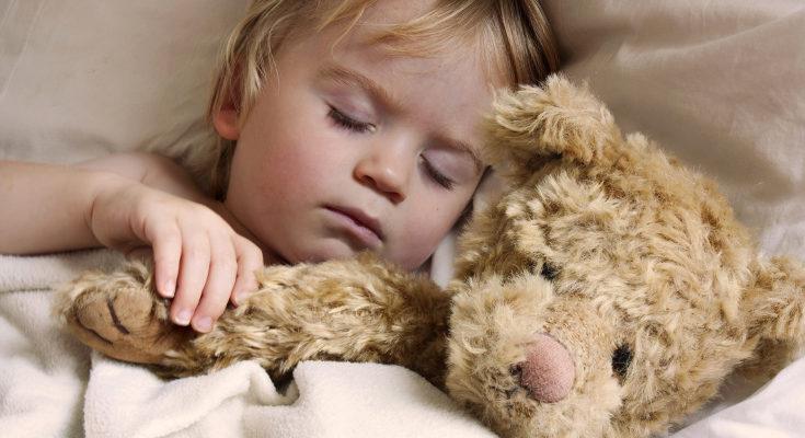 Puede dormir con un peluche que le de seguridad y tranquilice