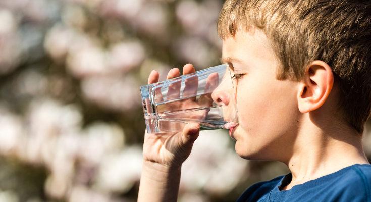 Beber bastante agua ayudará a que hacer unas mejores deposiciones