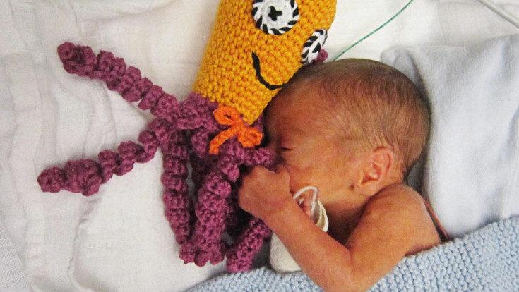 Esta iniciativa comenzó en Dinamarca, y se ha descubierto el beneficio que aporta a los bebés prematuros