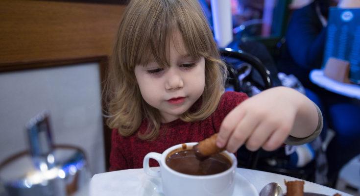 No debemos dar chocolate en exceso a los niños porque contiene algo de cafeína