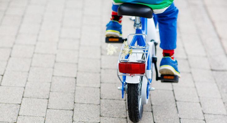 Andar en bicicleta es beneficioso para ayudar a los niños a corregir los pies planos