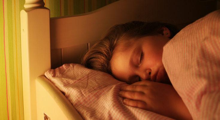 Para que duerman mejor deben cumplir una rutina y evitar usar aparatos electrónicos antes de dormir