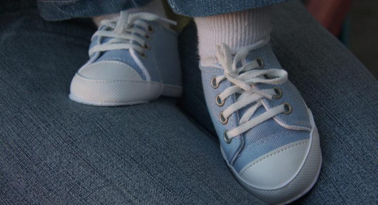 Escoge unos zapatos para sus primeros pasos que no le cubran el tobillo