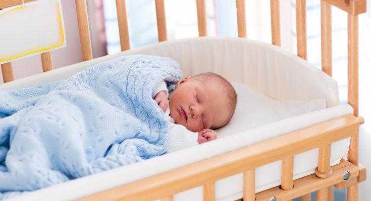 El síndrome de la cabeza plana puede ocurrir por tener al bebé siempre en la misma postura echado