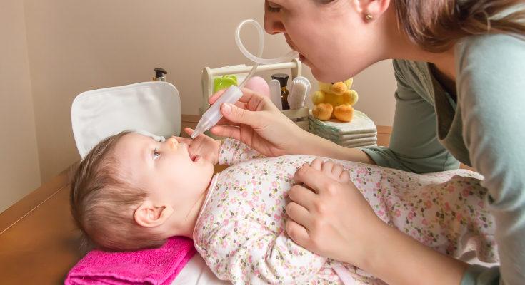 El suero fisiológico ayudará a limpiarle la nariz al bebé