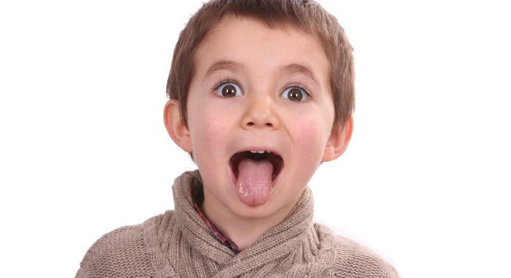 Es muy fácil utilizar la cara de Bob Esponja para que los niños imiten las praxias