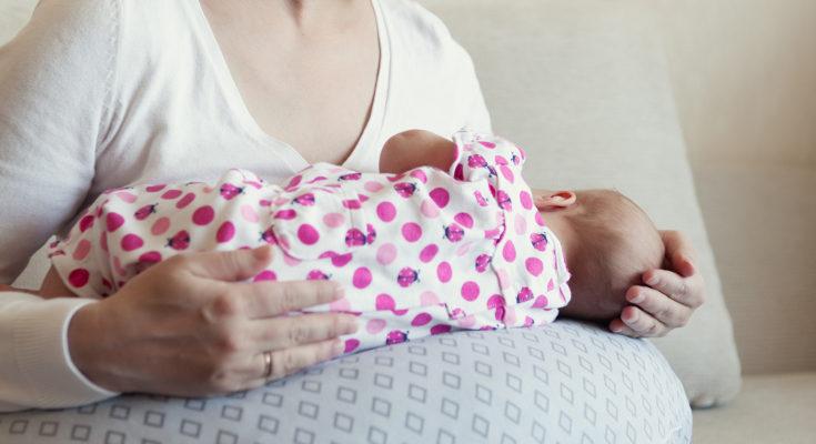 El cojín de lactancia previene dolores de espalda y es cómodo también para el bebé