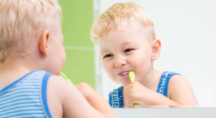 No utilices un cepillo de dientes de adultos en un bebé