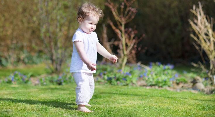 Los pediatras recomiendan dejar parte del día a los bebés con los pies al aire para favorecer su desarrollo
