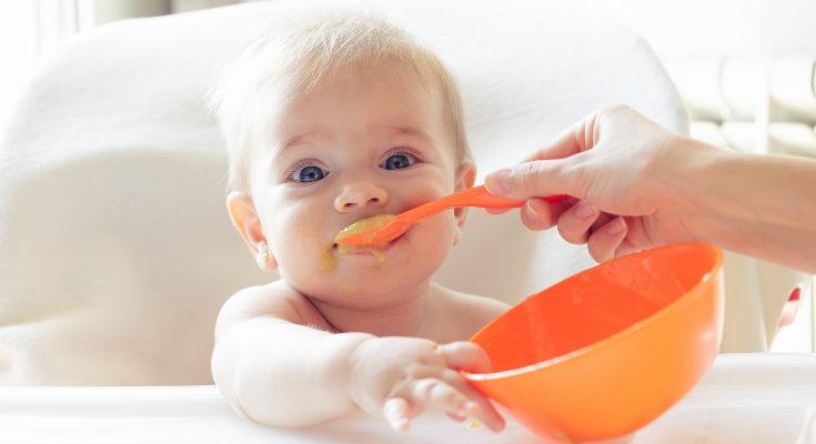 Tras la lactancia, si el bebé ya tiene 6 meses puedes empezar a dar sólidos al bebé
