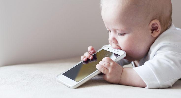 Las tablets y móviles son muy cómodas para que un bebé se distraiga