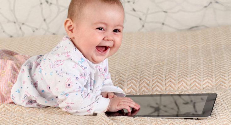 Es mejor esperar a que el niño tenga al menos año y medio para dejarle el móvil o la tablet