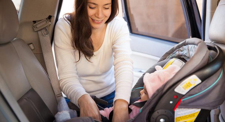 El bebé debe ir en el asiento trasero en contra de la marcha, correctamente sujeto en su silla