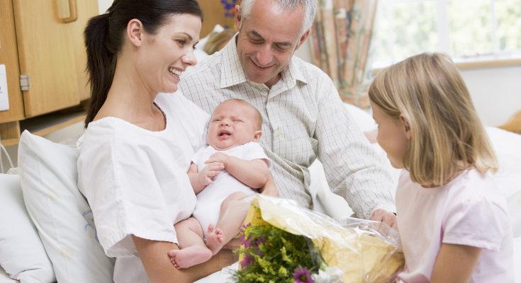 Puedes llevar unas flores o unos bombones para la madre, pues lo ha pasado mal en el parto