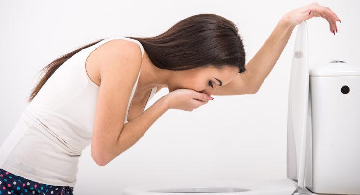En la bulimia es común compensar los atracones de comida con conductas purgativas, como el vómito
