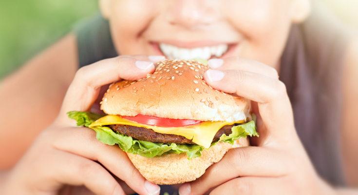Hay hábitos que pueden empeorar el acné, como el llevar un tipo de dieta con muchas grasas y azúcares