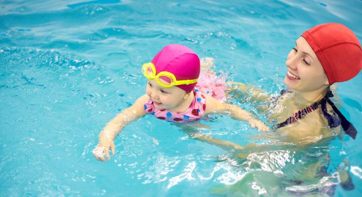 La matronatación no consiste en que el bebé aprenda a nadar, sino en disfrutar junto a él