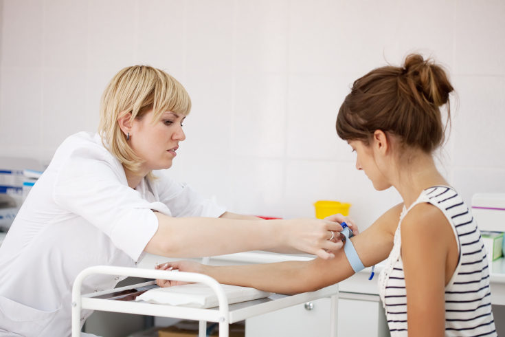 La prueba del triple screening consiste en un análisis de sangre y una ecografía