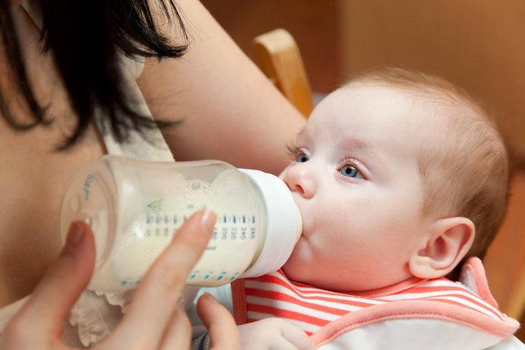 Puedes añadir más agua al biberón de tu bebé para reblandecer las heces