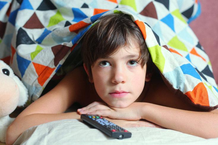Ver la televisión de noche sin control puede puede causarles problemas de sueño